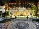 Ve v�zdob� vily se �asto opakuje logo jeho m�dn�ho domu v podob� hlavy Med�zy,...