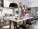 Kuchyn� je za��zen� v elegantn� �ed� a b�l�. Odst�ny t�chto barev p�evl�daj� v