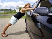 """Opřete se o auto a cvičte poloviční kliky,"" radí Hanka Kynychová. ""Tento cvik"
