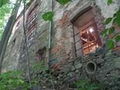 Detail zadní fasády jedné z budov pivovaru u hradu Rychmburk s propadlou