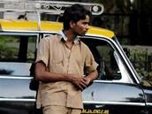 Taxik�� p�ed kriketov�m stadion v indick� Bombaji