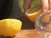 Nebojte se k masu vymačkat šťávu z půlky citronu, dodá směsi lehkost a zvýrazní...