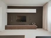 Jednotlivé skříňky nahradila tvarově čistá televizní stěna..