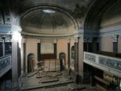 Zničený interiér zchátralé kaple zámku v Dlouhé Loučce nedaleko Uničova na