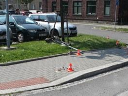 Místo, kde zdrogovaný řidič narazil s vozem do značky a pak z chodníku smetl a