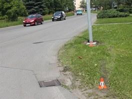 Místo, kde zdrogovaný řidič narazil s vozem do sloupu veřejného osvětlení,