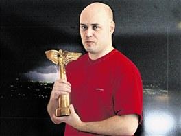 Petr Šiška v roce 2005 se soškou Anděla.