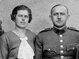 Četník Karel Kněz s rodinou. Zleva starší syn Karel a manželka Anna, vpravo