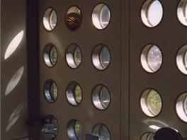Panel s lodn�mi ok�nky pou�il Prouv� v koupeln� a v technick�ch m�stnostech.