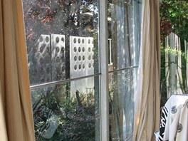Ob�vac� pokoj uzav�r� prosklen� st�na zasazen� do hlin�kov�ch vzp�r.