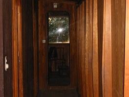Okno prora�en� v ose jedin� chodby vpou�t� do jej�ho prostoru denn� sv�tlo.