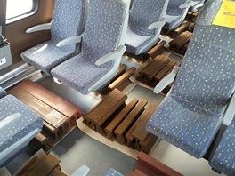 Při některých  hmotnost cestujících simulovalo 40 tun kolejnic
