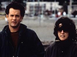 Re�is�rka Nora Ephronov� (vpravo) s hercem Tomem Hanksem p�i nat��en� hitu