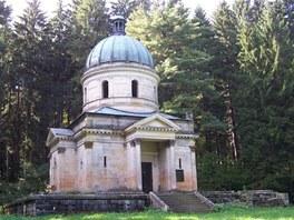 Zchátralá budova mauzolea průmyslnické rodiny Kleinů v Sobotíně na Šumpersku.