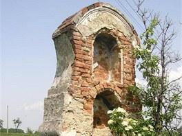 Zchátralá boží muka u Tomíkovic, místní části Žulové na Jesenicku.