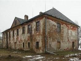 Zchátralý zámek v Nenakonicích, části obce Věrovany na Olomoucku.