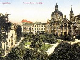 Takto vypadala židovská synagoga v Olomouci v roce 1910 na dobové pohlednici.