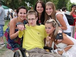 Tomáš Moravik s kamarádkami na Zahradní slavnosti. Tu pro něj uspořádali