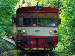 Jednokolejná trať z Železného Brodu do Tanvaldu projíždí hluboce zaříznutým