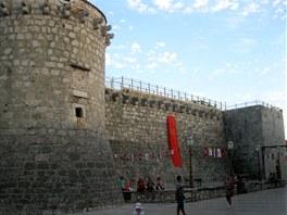Pevnost Frankopanů chránila město před útoky z moře a jeho věž sloužila jako