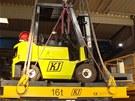 Spoj zvedal vozík i s plošinou, která měla zajistit bezpečnost v případě, že by