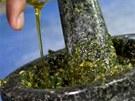 Pesto v hmoždíři pěkně zpracujte, olejem nešetřete.