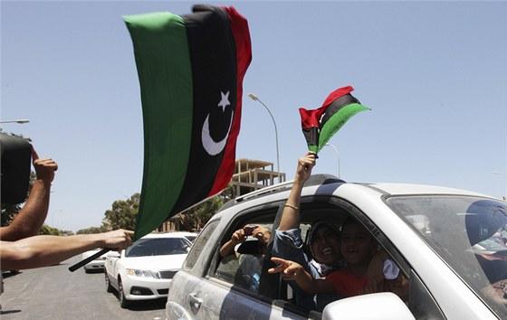 Libyjci v Bengh�z� slav� pot�, co hodili l�stky do volebn�ch uren p�i prvn�ch