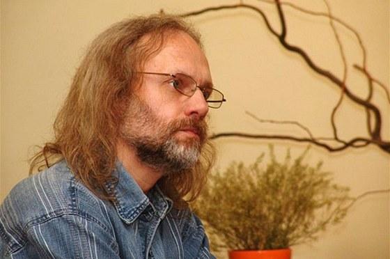 B�sn�k a liter�rn� historik Petr Hru�ka p�i setk�n� s krajany, kter� se