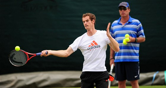 P��SN� DOHLED. Ivan Lendl sleduje sv�ho sv��ence Andy Murrayho p�i tr�ninku p�ed fin�le Wimbledonu.