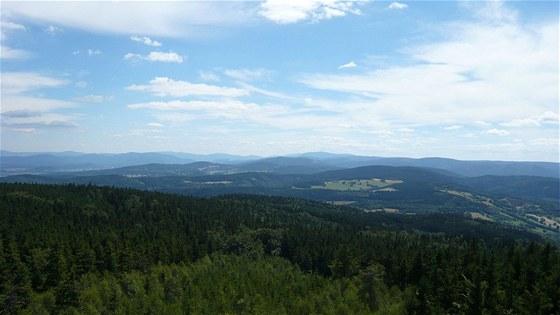 Pohled z rozhledny na Borůvkové hoře na česko-polskou hranici