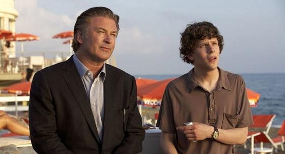 Alec Baldwin a Jesse Eisenberg ve filmu Do Říma s láskou