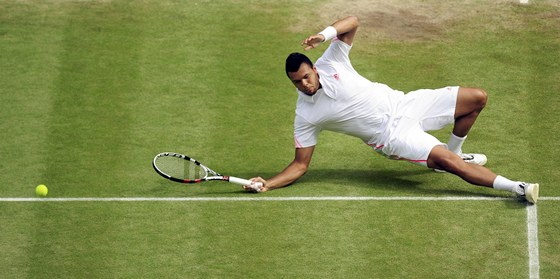 PD. Jo-Wilfried Tsonga pad na wimbledonskou trvu v semifinlovm zpase