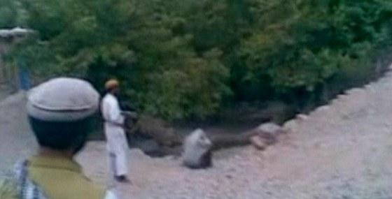 Ve�ejn� poprava �eny nedaleko K�bulu, vyp�lili na n� 9 ran.