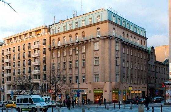 Dům na rohu Václavského náměstí a Opletalovy ulice pochází z roku 1880. V roce 1922 byl přestavěn přibližně do dnešní podoby. Výkladce prošly úpravou výrazně později.