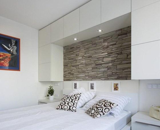 Úložný prostor nad postelí je využíván jako šatní skříně, které by jinak