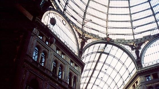 Dóm pasáže se vypíná do výšky 56 metrů, je nejvyšší krytou pasáží v Evropě.