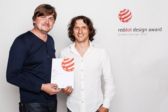 Jiří Přibyl a Martin Imrich při přebírání ocenění Red Dot Design Award 2012