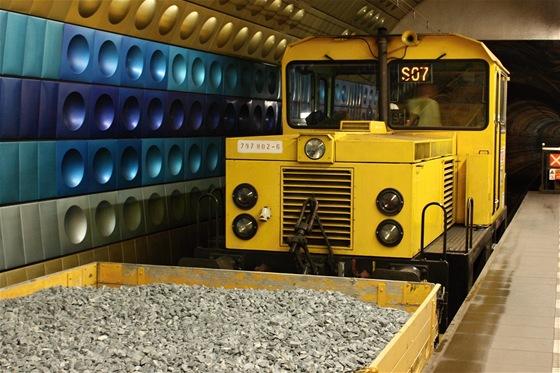 Dieselelektrická lokomotiva ve stanici nám. Míru. Vede pracovní vlak s pěti