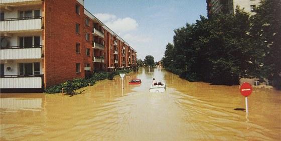 Povodně v Otrokovicích v roce 1997. Na snímku člun plující po třídě Spojenců.