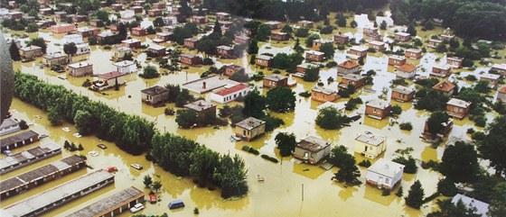 Povodně v Otrokovicích v roce 1997. Letecký snímek zaplaveného města.