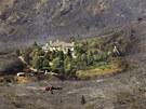 Po�ár zcela zni�il okolí domu v Alpine v Utahu. Hasit pomáhaly i vrtulníky, ale...