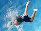 Mladík ská�e do bazénu v Erfurtu, aby se svla�il v letních vedrech. N�mecko si...