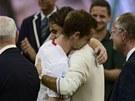 NEBOJ, VYHRAJEŠ JINDY. Roger Federer utěšuje smutného Andyho Murrayho po finále
