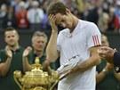 BOLÍ TO. Andy Murray po prohraném wimbledonském finále neskrýval zklamání.