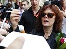 Susan Sarandonová rozdává před karlovarským hotelem Pupp podpisy.