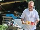 Petr Horník, kterému vyvrácené duby zničily rekonstruovanou chatu v oblasti