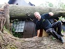 Petr Horník, kterému vyvrácené duby zničily rekonstruovanou chatu v hradecké...