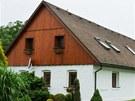 Anton�n Burdych p�ed rodn�m domem, kde se skr�val radiotelegrafista Ji��