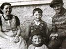 Jediná společná fotografie rodiny Burdychových.