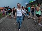 Lidé ve festivalovém areálu běhali a snažili se ukrýt před deštěm a větrem. (5....